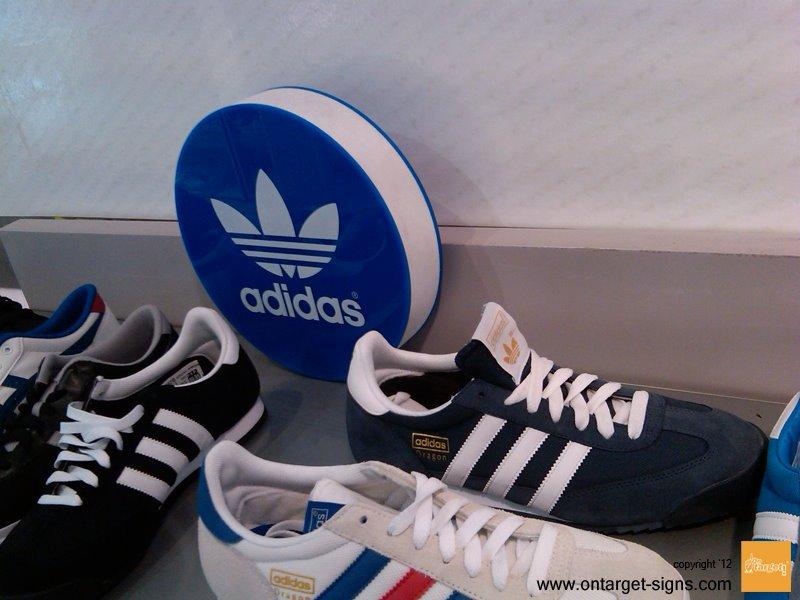 on target-adidas-plv-calzado-punto de venta-metacrilato